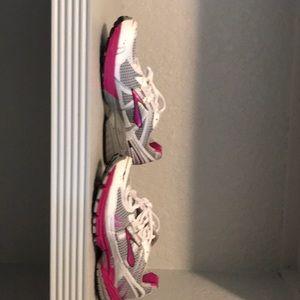 Women's brand new brooks sneakers size 9 1/2